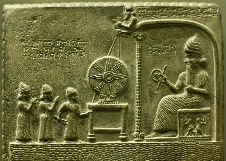 На барельефе запечатлено поклонение родной планете Нибиру. В руке у Мардука «кольцо времени».
